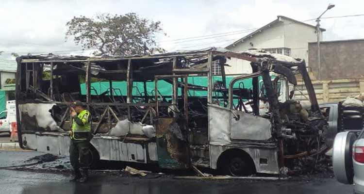 se incendió bus vía La Tebaida Armenia nov 2018