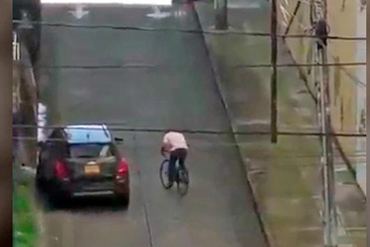 Vídeo de hombre que subió falda de 'las Arrugas' en bicicleta en Armenia, se volvió viral