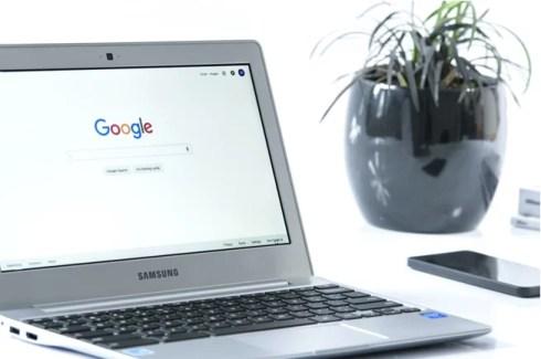 Imagem mostra um notebook com o site google aberto