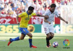 Franco Vázquez mueve la bola ante Las Palmas | Imagen: LFP