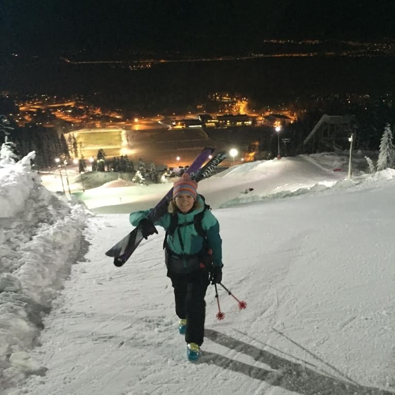 Solvor med skiene på skuldrene på vei opp