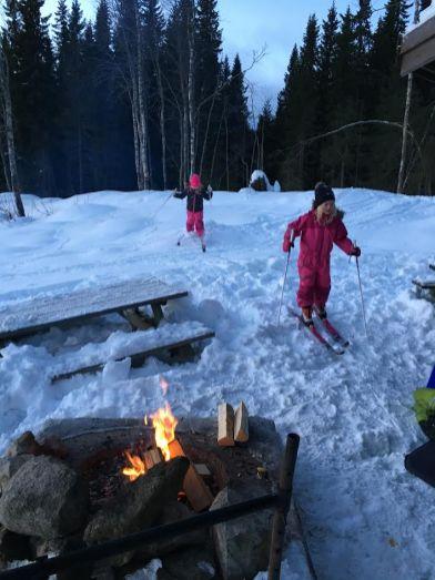 Sina og Oline går på ski