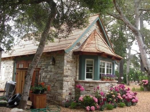 Маленький домик для дачи с отделкой под камень