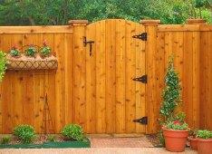 Красивый деревянный забор с калиткой