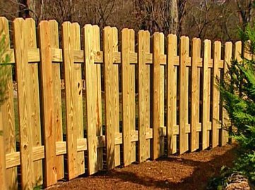 Двусторонний деревянный забор из досок