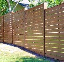 Деревянный забор с горизонтальными планками