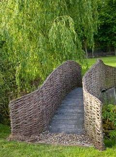 Деревянный мостик с плетнем