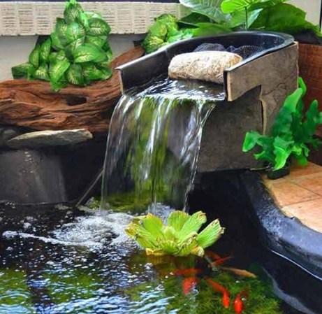 Водопад в пруду на даче