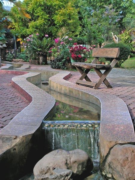 красивый сад с ручьем