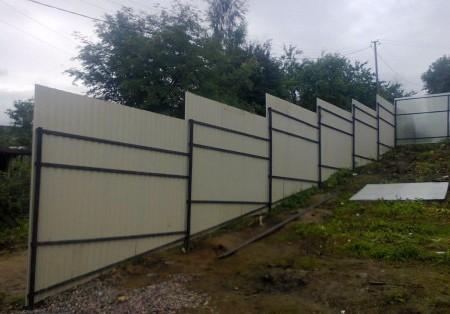 Забор из профнастила на уклоне
