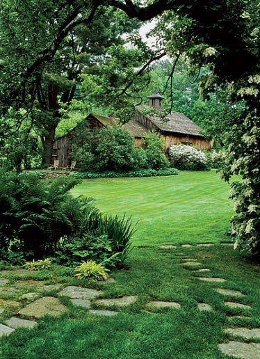 Садовая дорожка через газон из камней