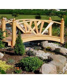 Деревянный мостик в саду