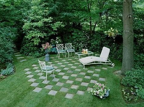 Площадка с шахматным газоном на даче