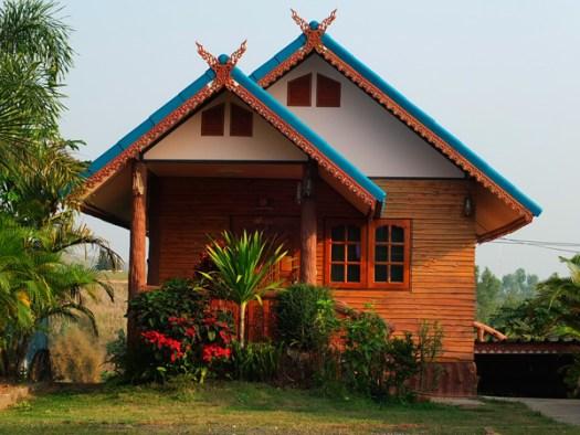 красивый дачный домик с зеленым палисадником