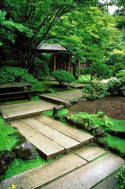 Дорожка из плит в японском саду