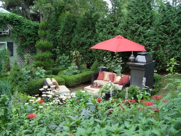 красивые уголки сада - открытое патио под зонтом