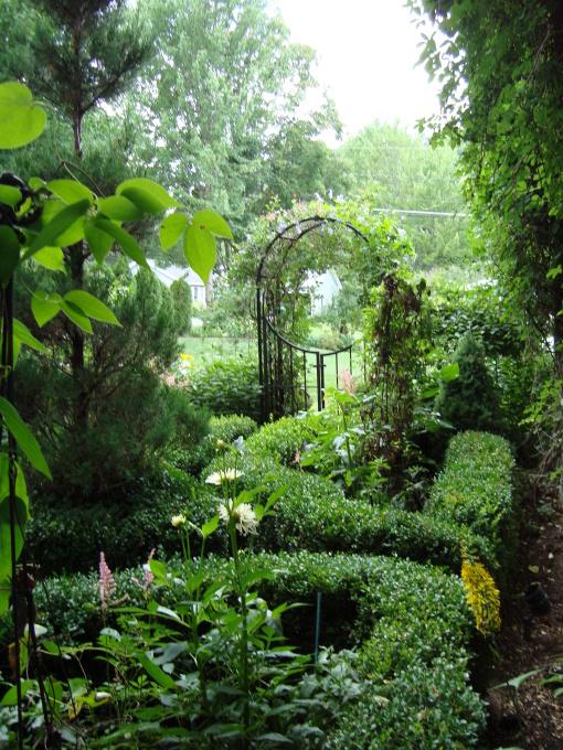 красивые уголки сада - металлическая калитка