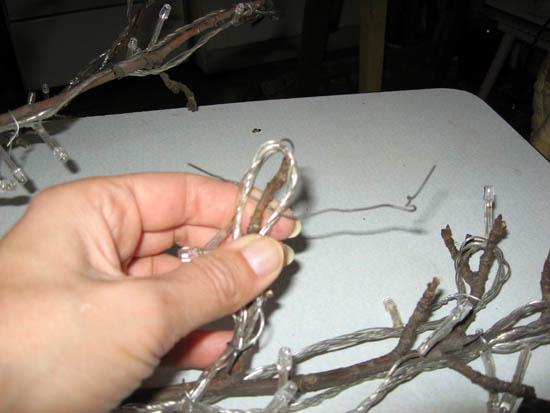 Закрепление гирлянды на ветке