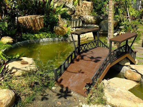 Садовый мостик через ручей