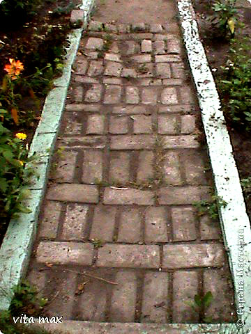 Дачная дорожка из цементных кирпичей