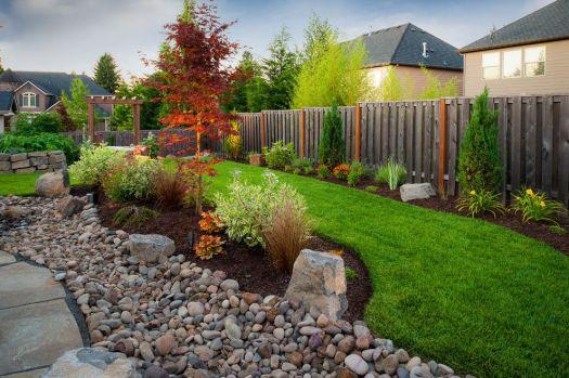 Ландшафтный дизайн дачного участка - оформление перед забором
