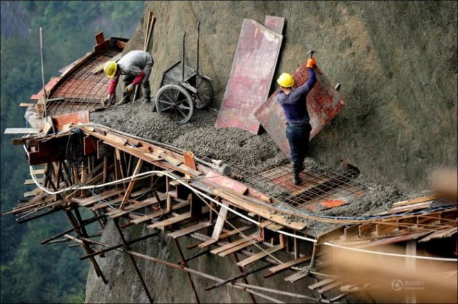 How-to-build-a-path-for-tourists-in-the-mountains-of-China-11