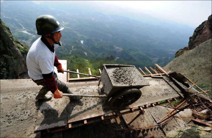 How-to-build-a-path-for-tourists-in-the-mountains-of-China-6