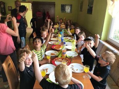 Und auch unsere Kleinsten (G-Junioren) waren im Vereinsheim zu Gast und ließen die Saison bei leckerer Pizza ausklingen. Na, wem schmeckt es?