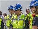 Premiér Bohuslav Sobotka se přijel podívat na stavbu dálnice D11 u Hradce...