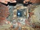 V historické kanalizaci pod Josefovem se vydrolila spodní vyzdívka.