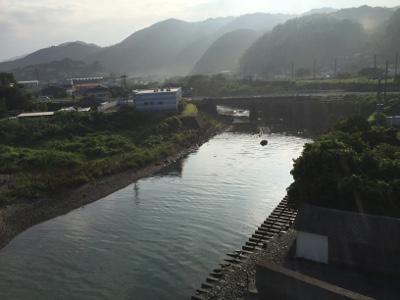 陽に照らされようとしている山々と川