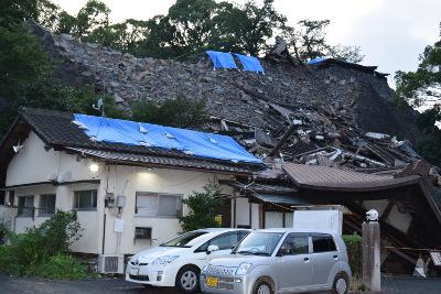 横から見た倒壊した熊本大神宮