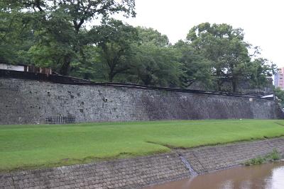 本来あるはずのお城の白い壁が倒れていた