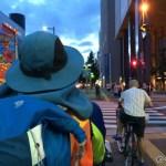 都会の真ん中に立つ旅人