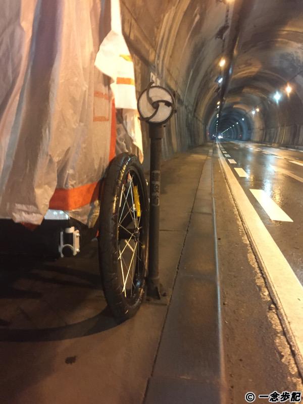 大刈トンネルの歩道はトレーラーが通るのにギリギリ