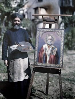 Αγιογράφος στο Άγιο Όρος, στέκεται δίπλα σε μία εικόνα του Αγίου Νικολάου.