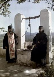Ένας μοναχός και ένας ιερέας σε κερκυραϊκό μοναστήρι.