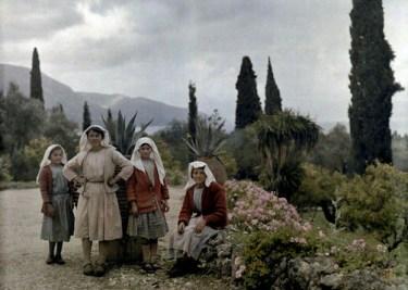 Γυναίκες και κορίτσια κάθονται στον κήπο ενός εξοχικού στους Αγίους Δέκα της Κέρκυρας.