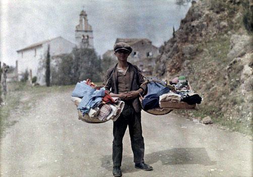 Μικρέμπορος με τα εμπορεύματά του, περνά μέσα από το χωριό, Γαστούρι, Κέρκυρα.