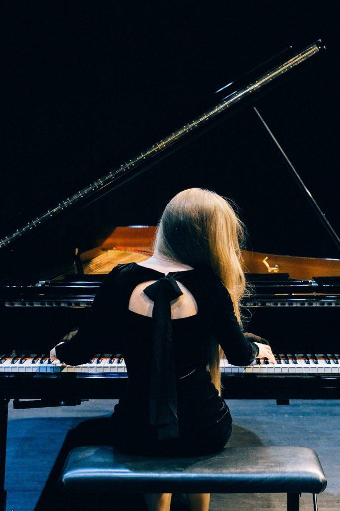 femme jouant sur un piano de concert