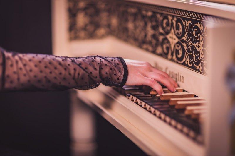 main jouant sur un clavecin