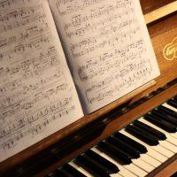 Apprendre le piano sans solfège : mythe ou réalité ?