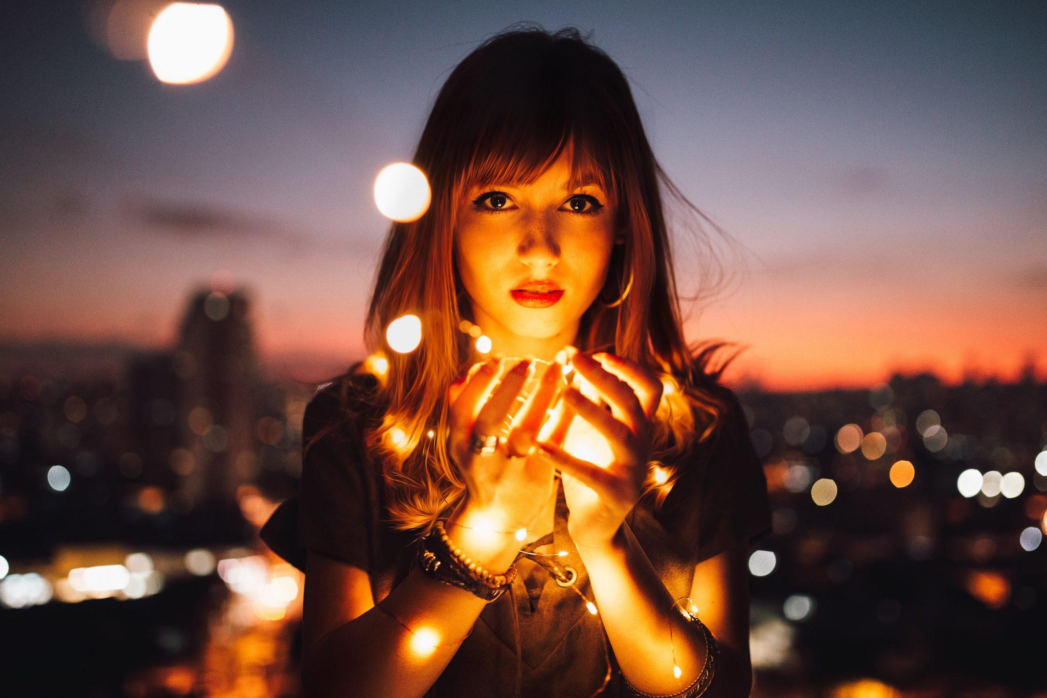 Femme et lumières dans la nuit