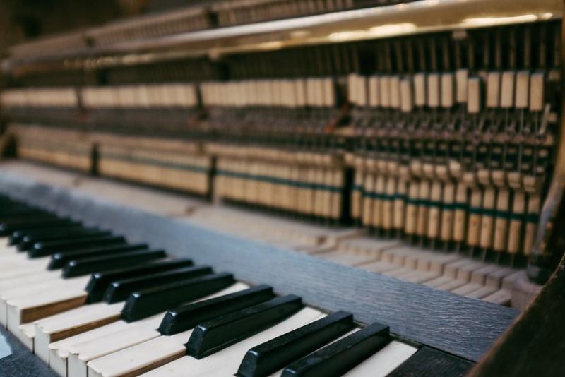La mécanique d'un piano droit acoustique