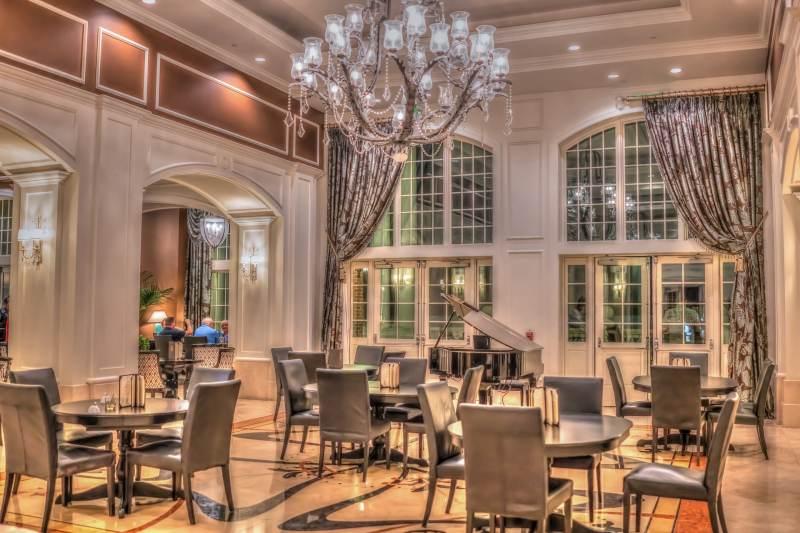 Bar -restaurant de luxe avec un piano à queue