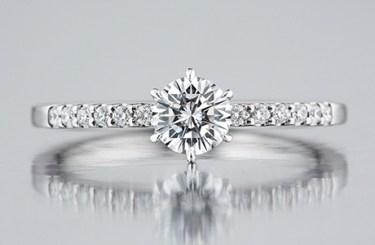 ロイヤルアッシャー 白く上品な輝きのダイヤモンド