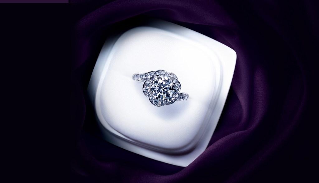 俄(にわか)花麗(はなうらら)婚約指輪
