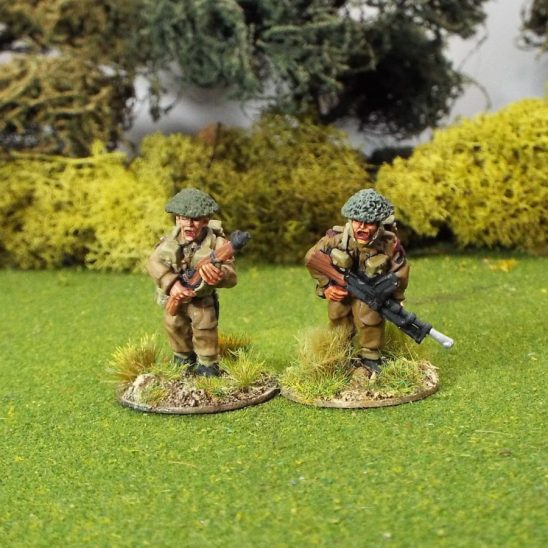 28mm WW2 British WW2GB22a Bren Gun Team A (Advancing) Covered Helmets