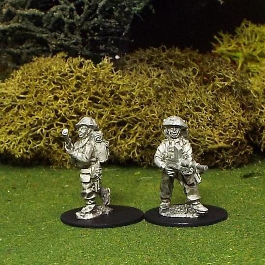 28mm BEF Bren Gun Team Standing with Helmet Covers.