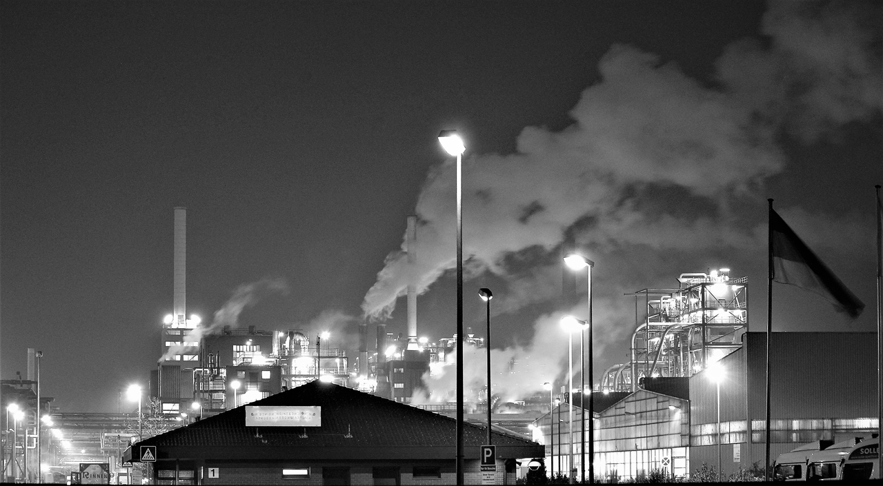 Photo of a factory emitting greenhouse gasses